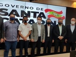 Governador Carlos Moisés recebe minuta do acordo firmado para reajuste do Piso Estadual